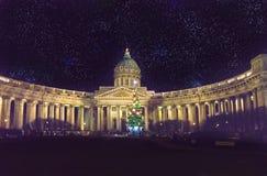 Opinión de la noche del árbol de abeto del Año Nuevo en guirnaldas en el cuadrado delante de la catedral de Kazán en St Petersbur Fotografía de archivo