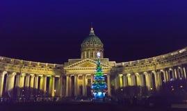 Opinión de la noche del árbol de abeto del Año Nuevo en guirnaldas en el cuadrado delante de la catedral de Kazán en St Petersbur Foto de archivo libre de regalías