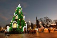 Opinión de la noche del árbol de navidad en Vilna Imagen de archivo libre de regalías