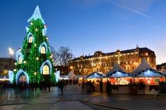 Opinión de la noche del árbol de navidad en Vilna Fotos de archivo libres de regalías