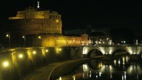 Opinión de la noche del €™Angelo de Roma Italia Castel Santâ con St Angelo Bridge en el río de Tíber almacen de metraje de vídeo