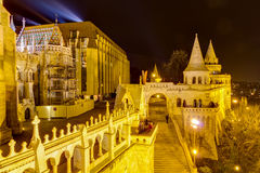 Opinión de la noche del bastión de Fisherman s, Budapest, Hungar Foto de archivo libre de regalías
