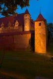 Opinión de la noche del castillo teutónico de la orden en Malbork, Polonia Imagen de archivo
