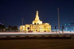 Opinión de la noche del centro islámico de Kassem Darwish Fakhroo en Doha, Qatar imagen de archivo libre de regalías
