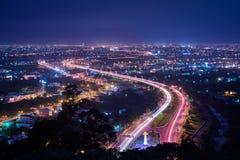 Opinión de la noche del condado de Yilan - el horizonte de la ciudad con la luz del coche se arrastra en la noche en Yilan, Taiwá Imagenes de archivo