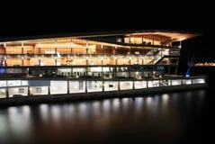 Opinión de la noche del edificio de la convención Fotos de archivo libres de regalías