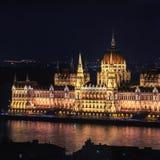 Opinión de la noche del edificio del parlamento en Budapest foto de archivo