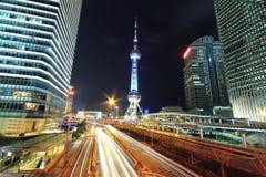 Opinión de la noche del fondo de los edificios de la señal de la ciudad de Shangai Imagenes de archivo