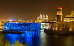 Opinión de la noche del fuerte Santo-Jean y de la catedral en Marsella Imagen de archivo libre de regalías