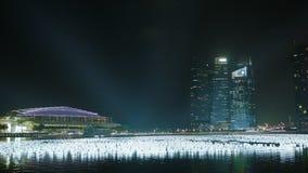 Opinión de la noche del golfo Vista de los edificios altos del hotel y de la oficina de Marina Bay Sands almacen de metraje de vídeo