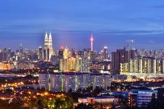 Opinión de la noche del horizonte de Kuala Lumpur en el crepúsculo Imagen de archivo libre de regalías
