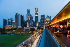 Opinión de la noche del horizonte majestuoso y del architectu moderno de Singapur Foto de archivo libre de regalías
