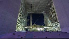 Opinión de la noche del hyperlapse del timelapse del La Grande Arche Arche está en la forma aproximada de un cubo París, Francia almacen de video