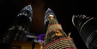 Opinión de la noche del kualampur de las torres gemelas de Petronas adornado con la luz, Malasia, 2017 Foto de archivo