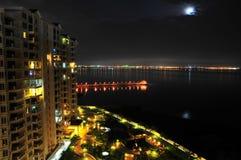 Opinión de la noche del mar y del condominio Imagen de archivo