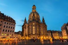 Opinión de la noche del Neumarkt y del Frauenkirche en Dresden fotografía de archivo