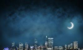 Opinión de la noche del paisaje urbano moderno Fotografía de archivo