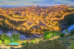 Opinión de la noche del paisaje urbano y del río Tagus de la colina, la Mancha, España de Toledo de Castilla Foto de archivo libre de regalías