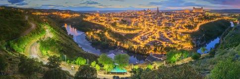 Opinión de la noche del paisaje urbano y del río Tagus de la colina, la Mancha, España de Toledo de Castilla Fotografía de archivo