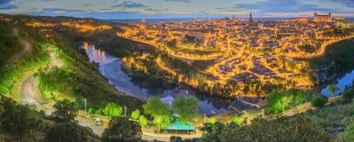 Opinión de la noche del paisaje urbano y del río Tagus de la colina, la Mancha, España de Toledo de Castilla Imagen de archivo libre de regalías