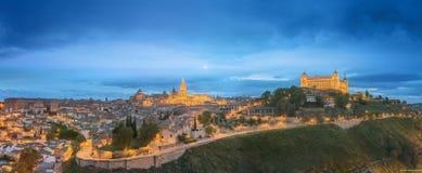 Opinión de la noche del paisaje urbano y del río Tagus de la colina, la Mancha, España de Toledo de Castilla Fotos de archivo libres de regalías