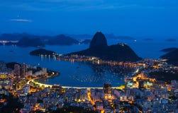 Opinión de la noche del pan de azúcar de la montaña y de Botafogo en Río de Janeiro foto de archivo
