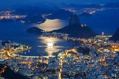 Opinión de la noche del pan de azúcar de la montaña y de Botafogo en Río de Janeiro Fotos de archivo libres de regalías
