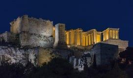 Opinión de la noche del Propylaea de la acrópolis ateniense Fotos de archivo libres de regalías