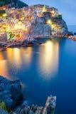 Opinión de la noche del pueblo colorido Manarola, Cinque Terre fotos de archivo libres de regalías