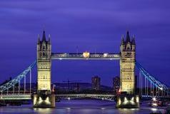 Opinión de la noche del puente de la torre en Londres Imagenes de archivo