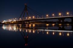 Opinión de la noche del puente de Moscú en Kiev Fotografía de archivo