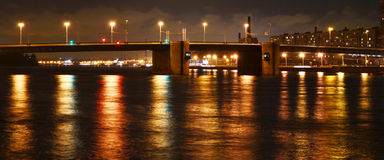 Opinión de la noche del puente de Volodarsky en St Petersburg Fotografía de archivo libre de regalías