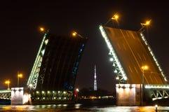 Opinión de la noche del puente del palacio (Dvortsoviy más). Foto de archivo libre de regalías