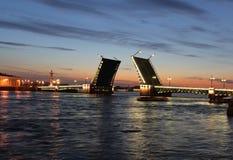 Opinión de la noche del puente del palacio. St Petersburg Foto de archivo