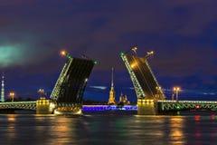 Opinión de la noche del puente del palacio, St Petersburg, Rusia Imagen de archivo