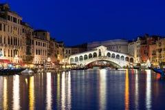 Opinión de la noche del puente y de Grand Canal de Rialto en Venecia Fotografía de archivo