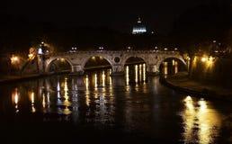 Opinión de la noche del puente y del Tíber Foto de archivo