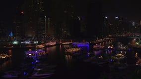 Opinión de la noche del puerto con los yates en el vídeo costoso de la cantidad de la acción del puerto deportivo de Dubai del ár almacen de video