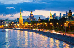 Opinión de la noche del río de Moscú Foto de archivo libre de regalías