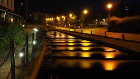 Opinión de la noche del río que fluye abajo de las escaleras en la isla del molino en Bydgoszcz, Polonia imagen de archivo