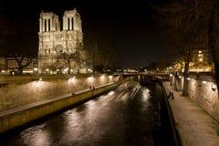 Opinión de la noche del río Sena del Notre Dame de Paris y Fotos de archivo libres de regalías