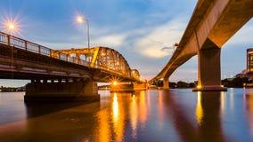 Opinión de la noche del río de la travesía del puente del metal Fotografía de archivo