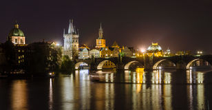 Opinión de la noche del río y de los puentes de Moldava en Praga Imagenes de archivo