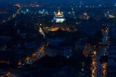Opinión de la noche del templo de oro de la montaña, señal de Bangkok, Thail Foto de archivo libre de regalías