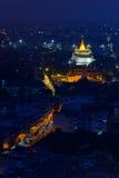 Opinión de la noche del templo de oro de la montaña, señal de Bangkok, Thail Imagen de archivo