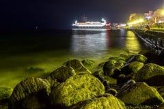 Opinión de la noche del terraplén de Yalta Fotos de archivo