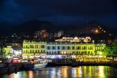 Opinión de la noche del terraplén de Yalta Fotografía de archivo