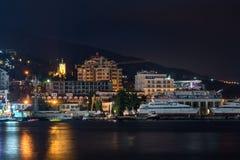 Opinión de la noche del terraplén de Yalta Imagen de archivo libre de regalías