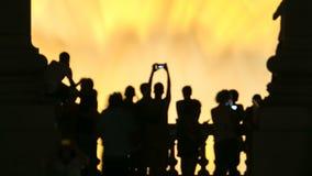 Opinión de la noche del timelapse mágico Barcelona, Cataluña, España de la demostración de la luz de la fuente almacen de metraje de vídeo