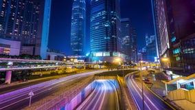 Opinión de la noche del tráfico de ciudad moderno a través de la calle Lapso de tiempo Hon Kong